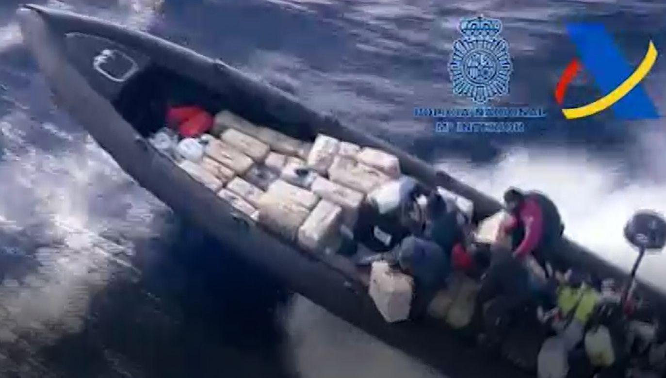 Przemytnicy próbowali uciec, wyrzucając narkotyki za burtę (fot. Policia Nacional)