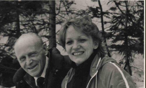 Maria Łapińska dzieciństwo spędziła w Bochni, a w Zakopanem chodziła do Technikum Hotelarskiego. Do schroniska trafiła mając 19 lat, w sierpniu 1973 roku na miesięczną praktykę – za karę, za oblaną matematykę na maturze, pomagała ciotce, która była tam bufetową. Maria poznała syna kierowników obiektu Wojciecha Łapińskiego, wzięli ślub i prowadzili po teściach schronisko. Na zdjęciu Maria Łapińska z Dziadziusiem, czyli teściem Czesławem, w 1986 r. Fot. arch. prywatne Marii Łapińskiej, schronisko Morskie Oko