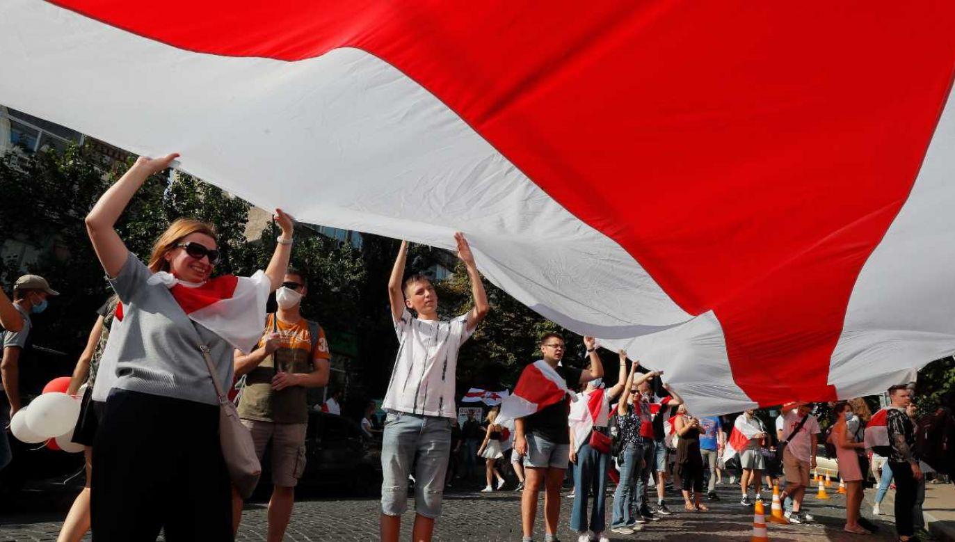 Białorusini protestują po, ich zdaniem, sfałszowanych wyborach (fot. PAP/EPA/SERGEY DOLZHENKO)