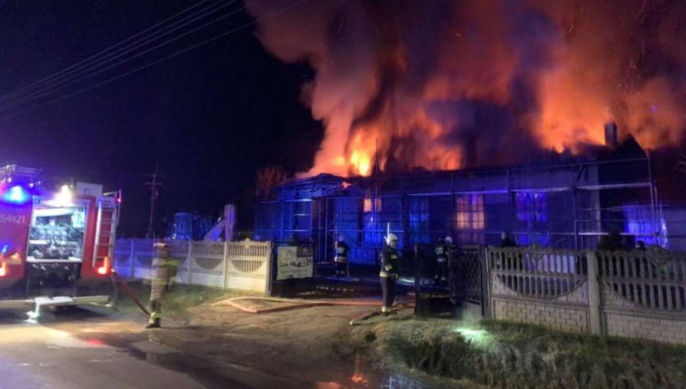 Pożar w remizie wybuchł w piątek wieczorem (fot. Twitter/Remiza.pl)