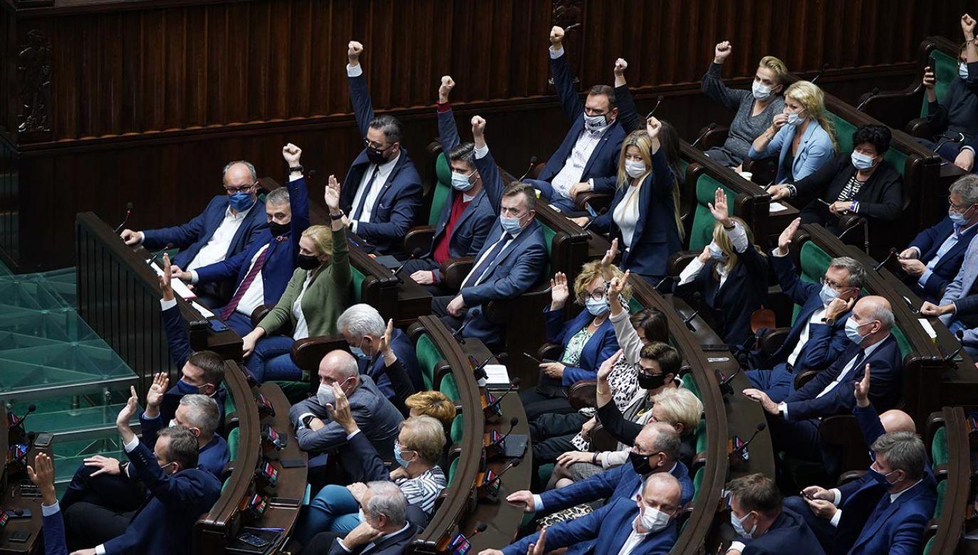 Wczoraj późnym wieczorem posłowie bili własne rekordy moralnego uniesienia – pisze autor (fot. Forum/Mateusz Wlodarczyk)