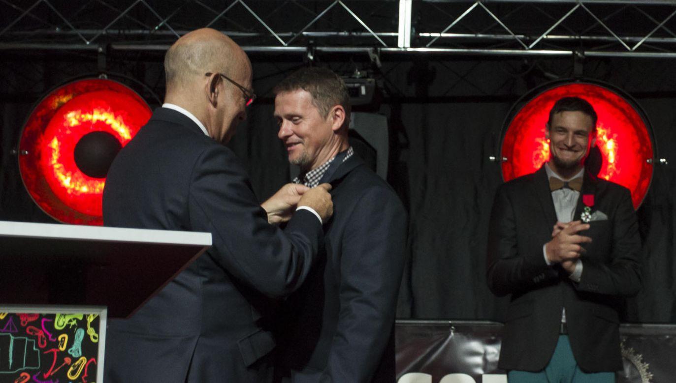 Ambasador Francji Pierre'a Levy (L) wręcza Legię Honorową Jarosławowi Botorowi (C) (fot. PAP/Aleksander Koźmiński)
