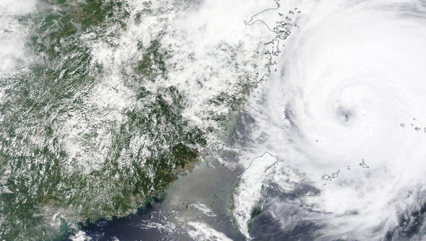 Tajfun In-Fa powoduje wysokie fale i ulewne deszcze (fot. PAP/EPA/NASA WORLDVIEW HANDOUT)