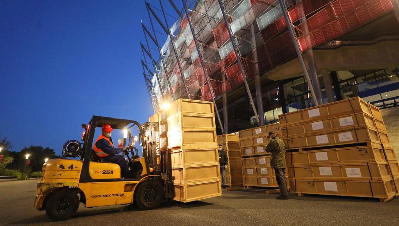 Jeden ze szpitali polowych budowany jest na Stadionie Narodowym (fot. PAP/Paweł Supernak)