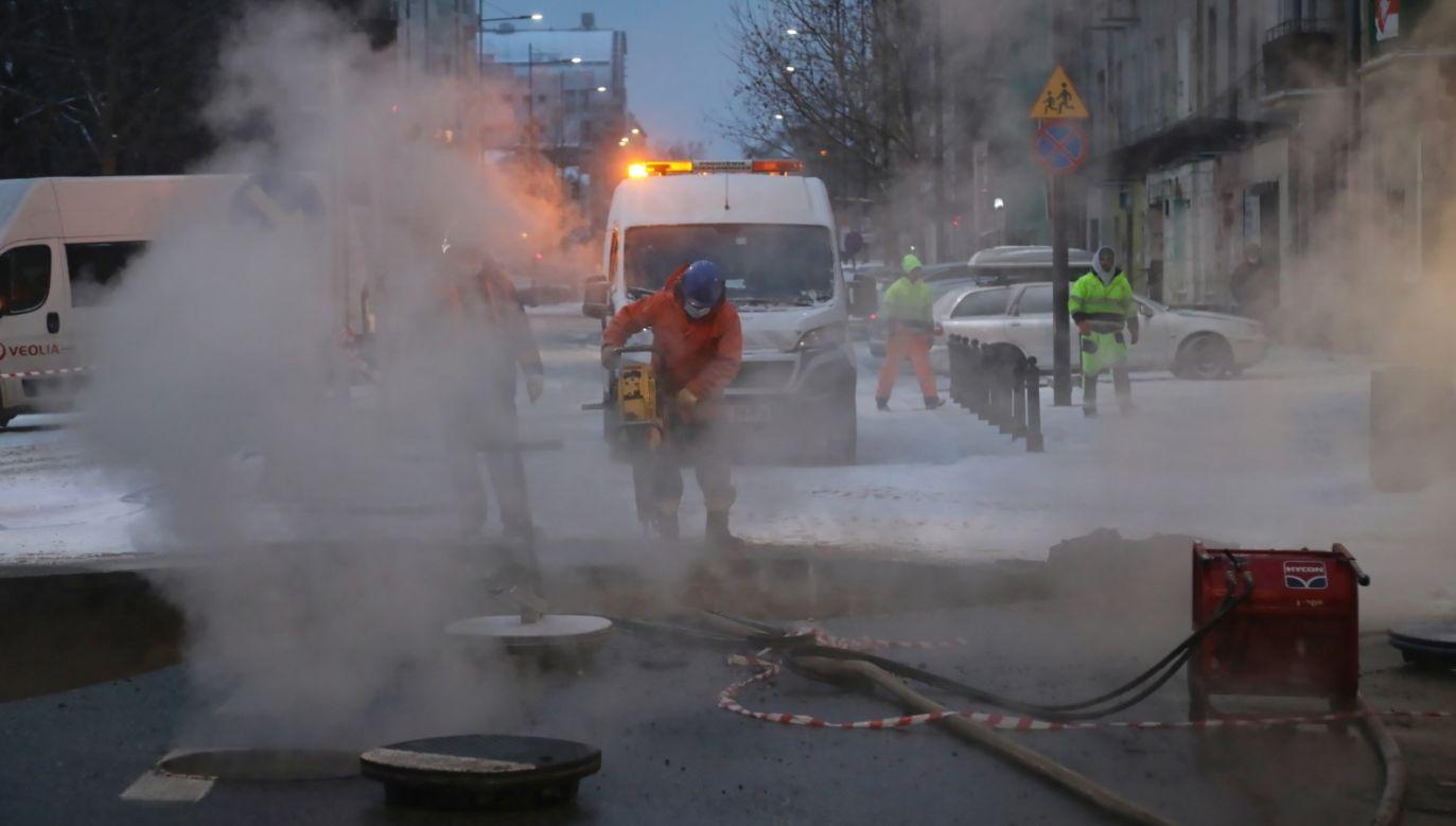 W piątek i sobotę doszło do awarii ciepłowniczej na Pradze Północ w Warszawie (PAP/Wojciech Olkuśnik)