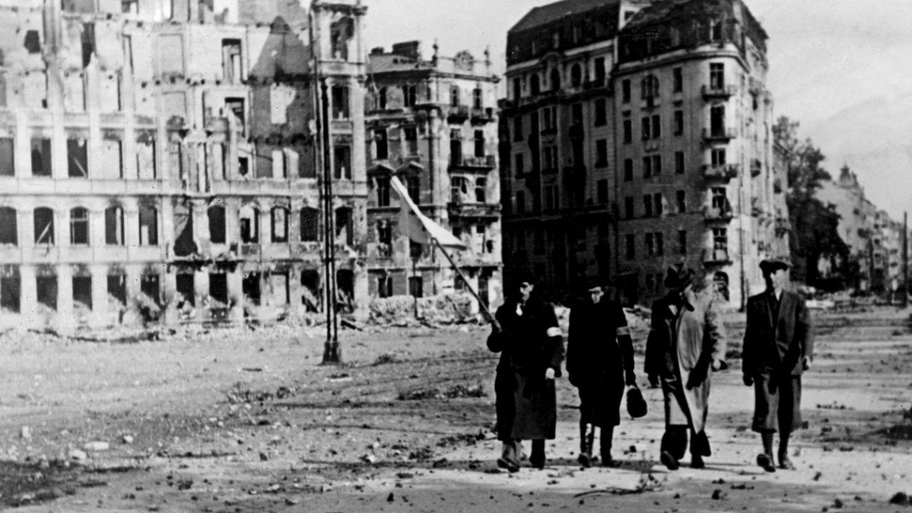 Zniszczona Warszawa 1944 r. Niemcy zapłacą reparacje? (fot. Heinrich Hoffmann/ullstein bild via Getty Images