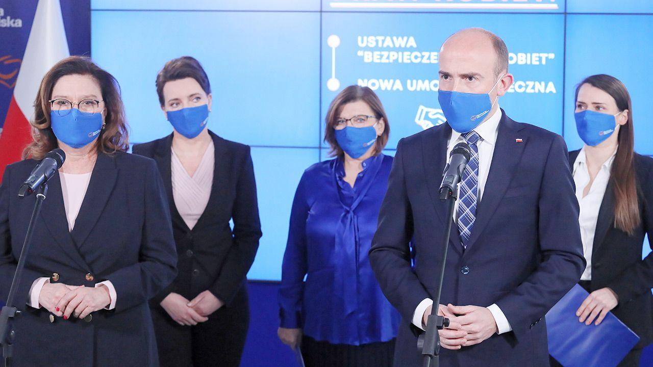 Szef PO Borys Budka podczas prezentacji stanowiska w sprawie aborcji (fot. PAP/Paweł Supernak)