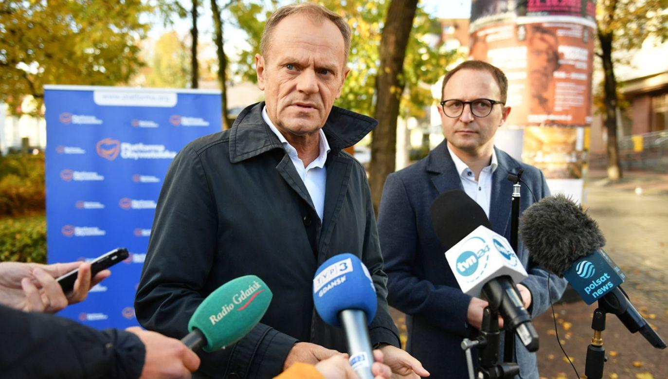 Lider PO Donald Tusk (L) i wiceprezydent Sopotu Marcin Skwierawski (P) (fot. PAP/Adam Warżawa)