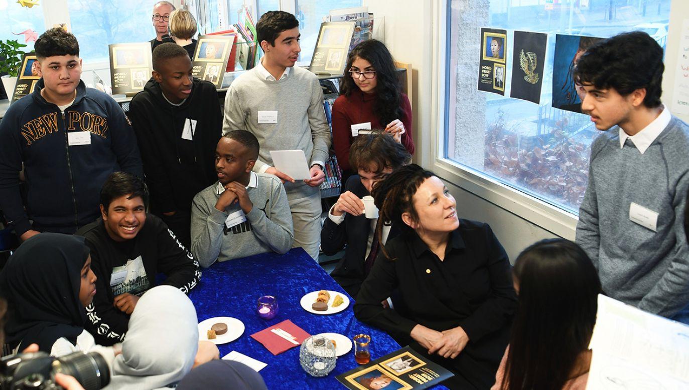 Noblistka spotkała się z dziećmi z imigranckich dzielnic Sztokholmu (fot. PAP/EPA/Fredrik Sandberg)