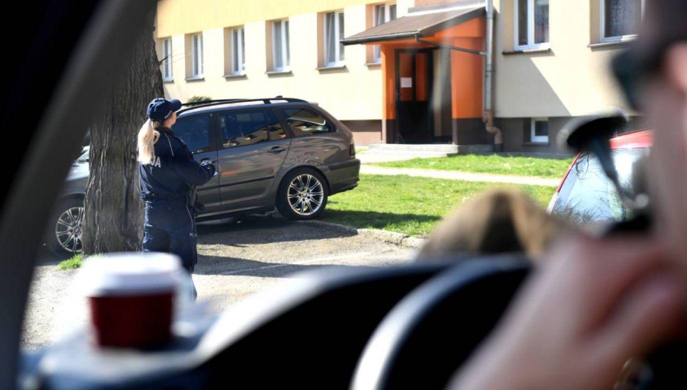 Policjanci regularnie sprawdzają osoby objęte kwarantanną (fot. PAP/Darek Delmanowicz)