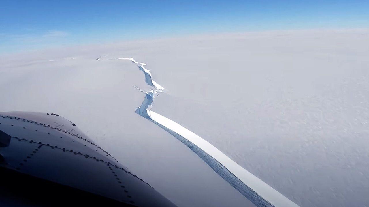 Szczelina na szelfie udokumentowana w lutym (fot. YouTube/ British Antarctic Survey)