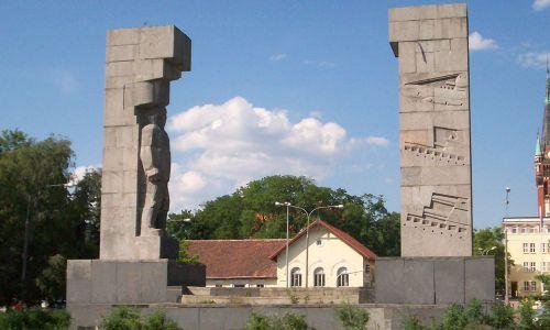 Wybudowany w 1954 roku Pomnik Wdzięczności w Olsztynie po 1989 roku przemianowano na pomnik Wyzwolenia Ziemi Warmińskiej. Autor monumentu Xawery Dunikowski użył materiału z rozbiórki mauzoleum marszałka Hindenburga. Nad formą nie zastanawiał się długo, po prostu wyciągnął z szuflady projekt, z którym przed wojną zgłosił się do konkursu na pomnik Piłsudskiego w Warszawie. Fot. Wikimedia/I, Serdelll