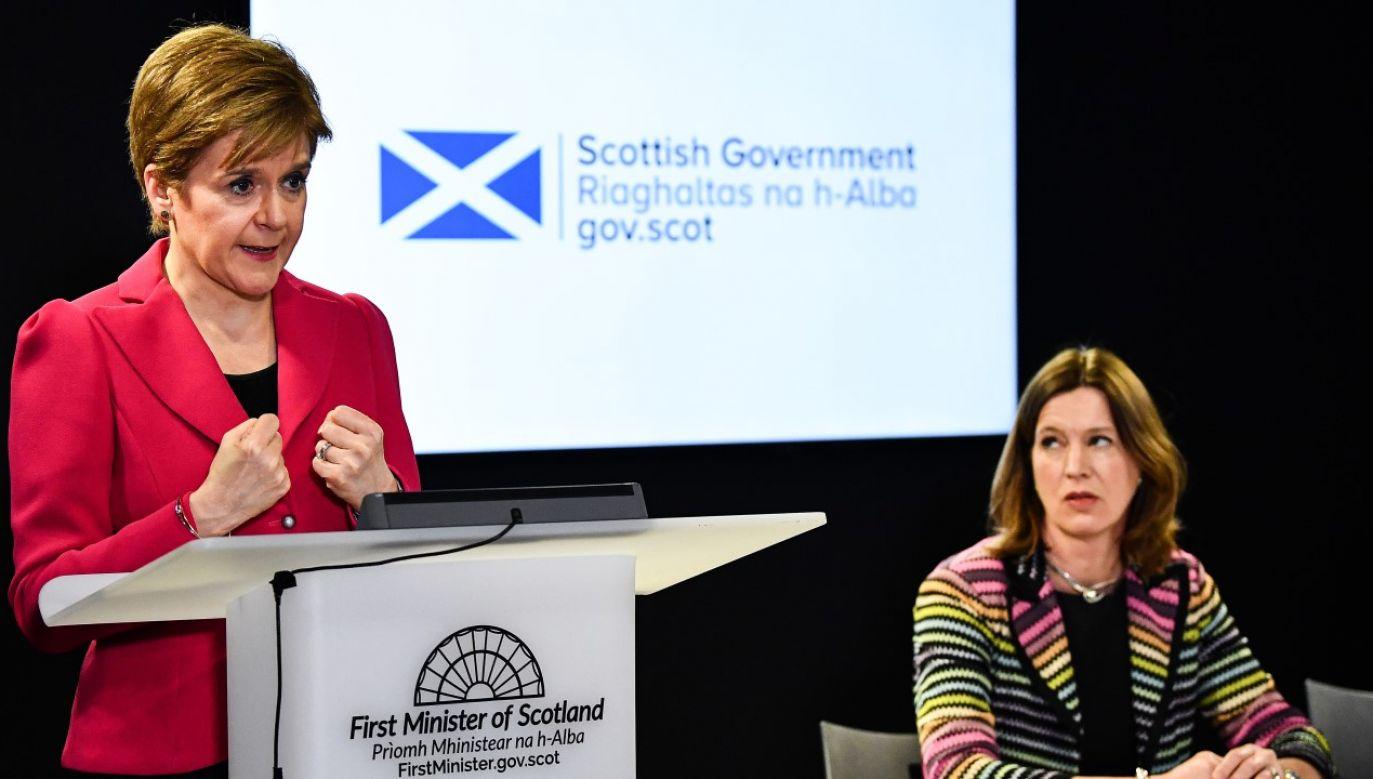Premier Szkocji Nicola Sturgeon (L) w trakcie wspólnej konferencji dot. epidemii koronawirusa z b. naczelną lekarz kraju Catherine Calderwood (P)(fot. Jeff J Mitchell / Getty Images)