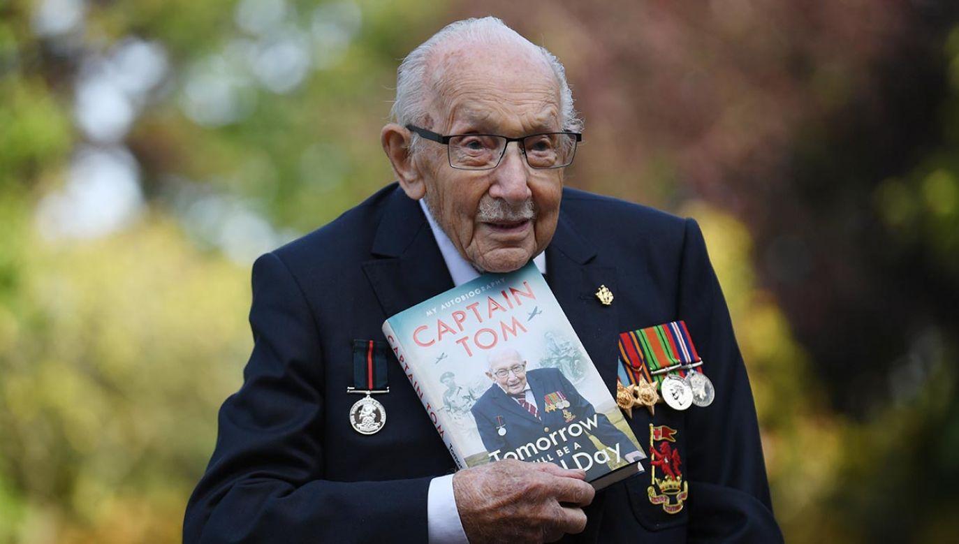 """O znanym jako """"kapitan Tom"""" stuletnim bohaterze wojennym świat usłyszał w kwietniu tego roku (fot. PAP/EPA/NEIL HALL)"""