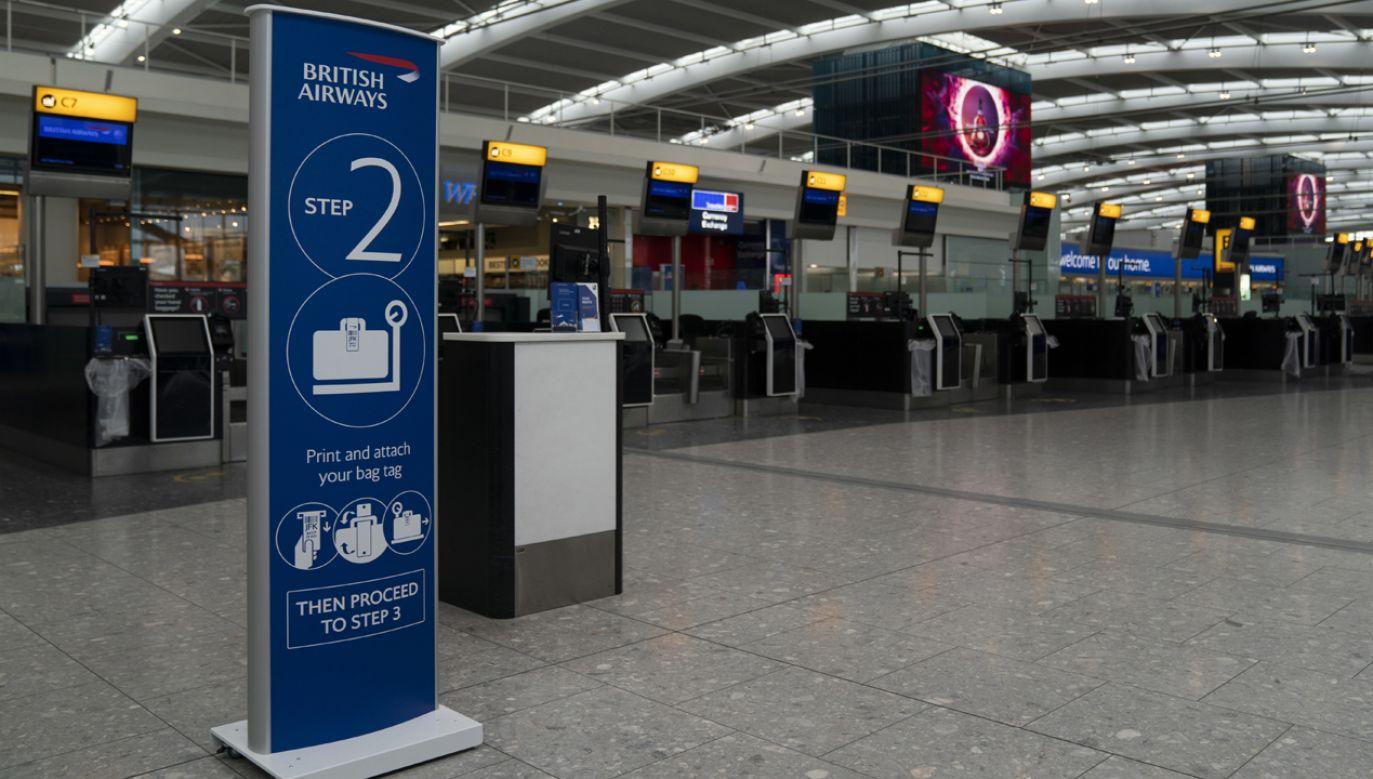 Przewoźnik radzi pasażerom, którzy wykupili odwołane loty, by w ogóle nie pojawiali się na lotnisku (fot. PAP/EPA/Will Oliver)