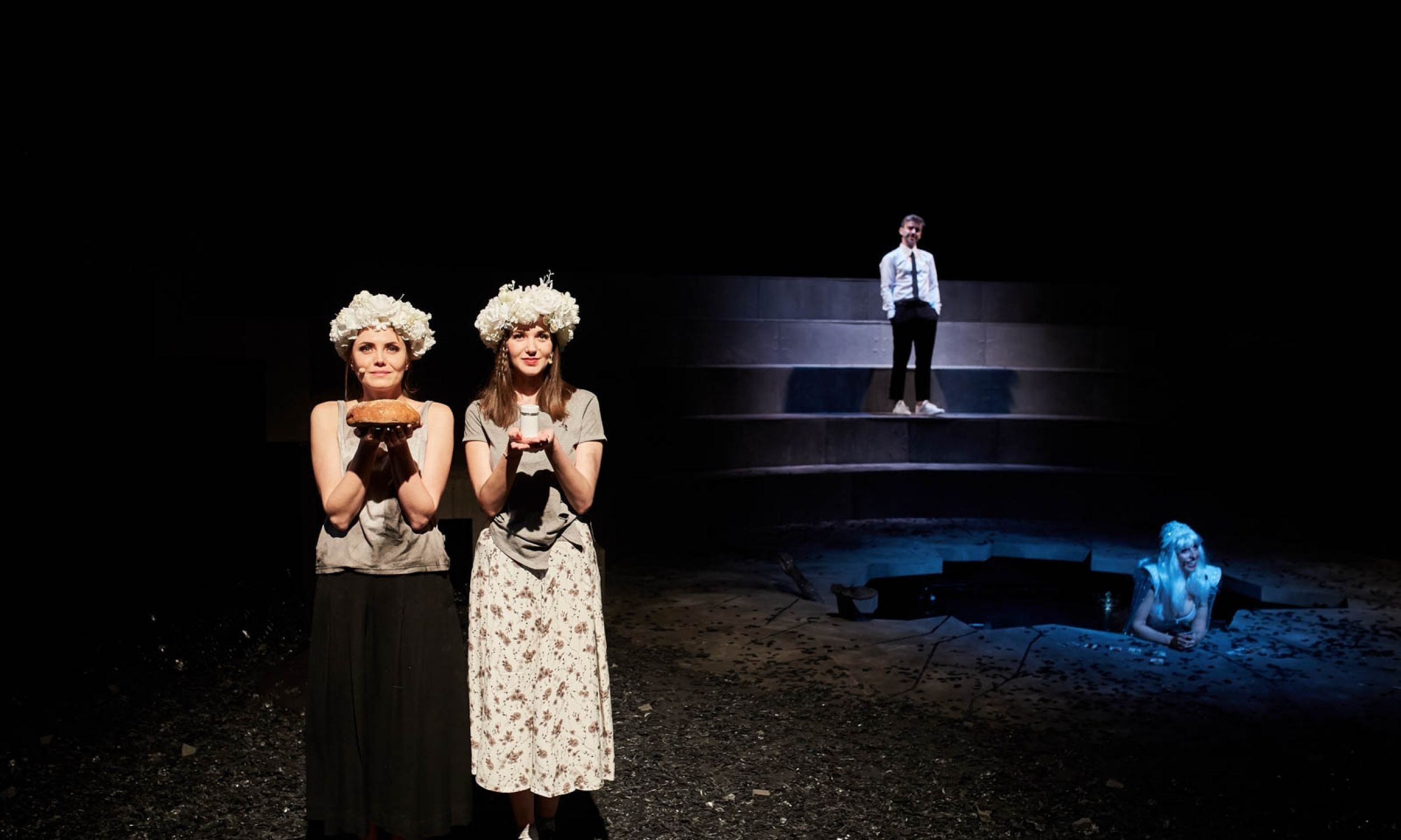 W centrum sceny gustowna dziura udaje Gopło. Fot. Bartek Barczyk © Teatr im. J. Słowackiego w Krakowie