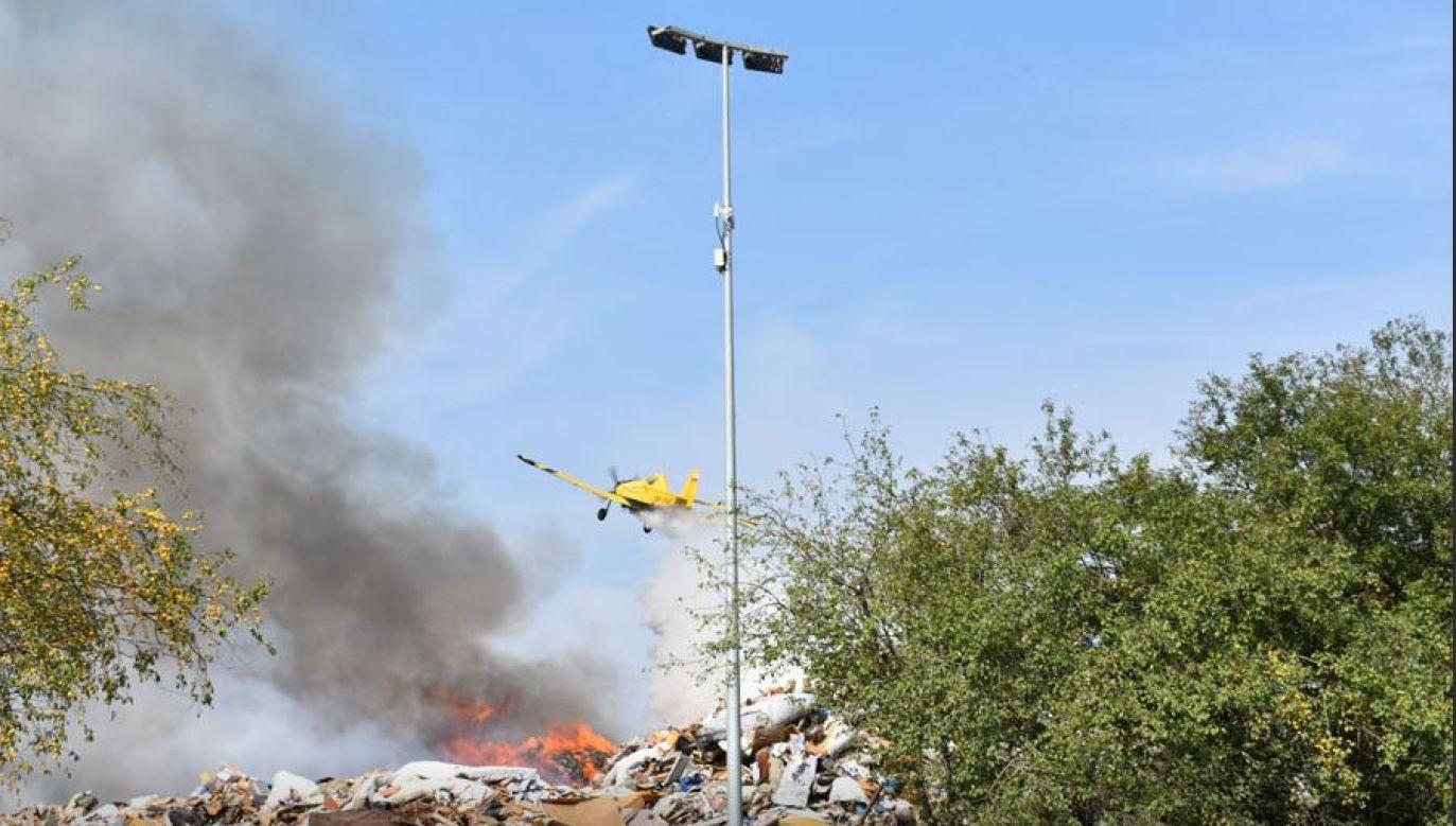Strażaków wspierają z powietrza śmigłowiec i samolot gaśniczy Dromader (fot. KK24.pl)