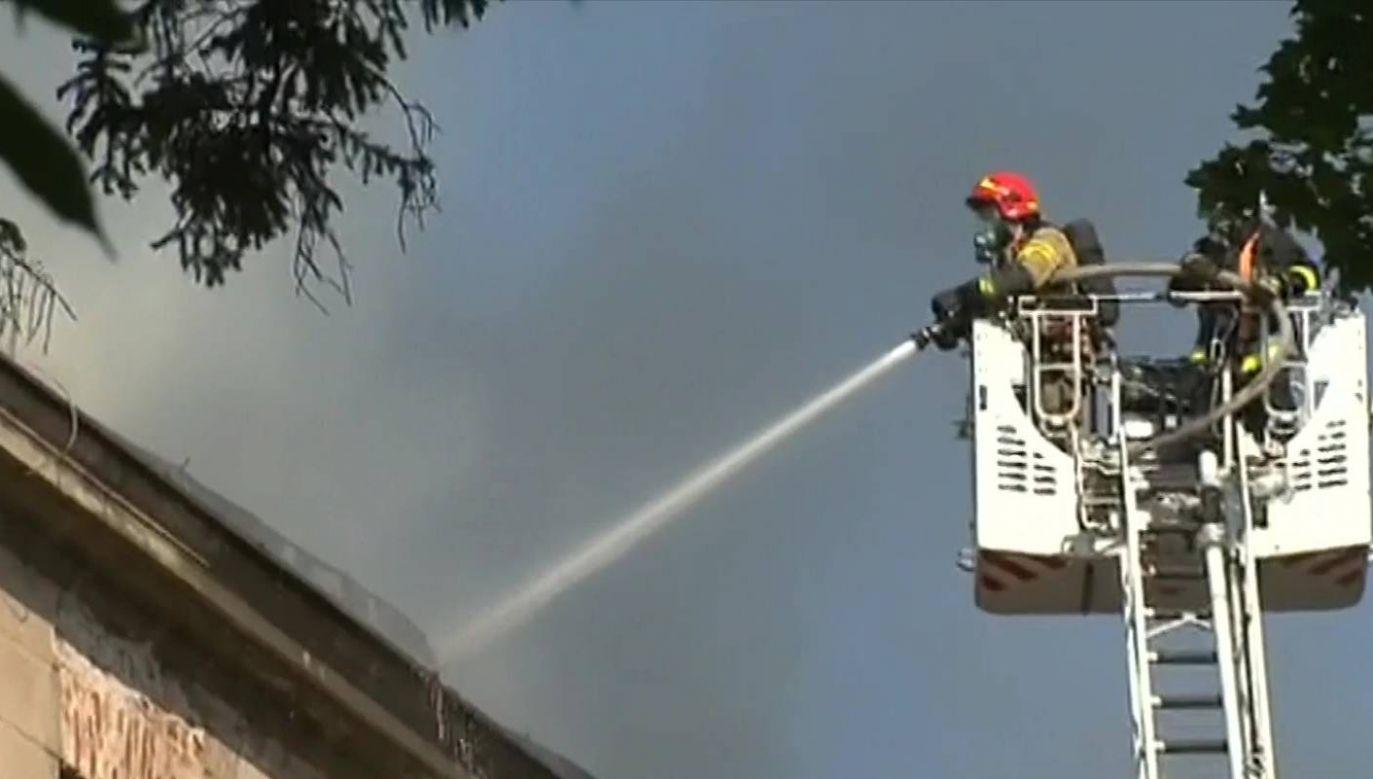 Ogień pojawił się w czwartek po godz. 6.30 na poddaszu szkoły (fot. TVP INFO)