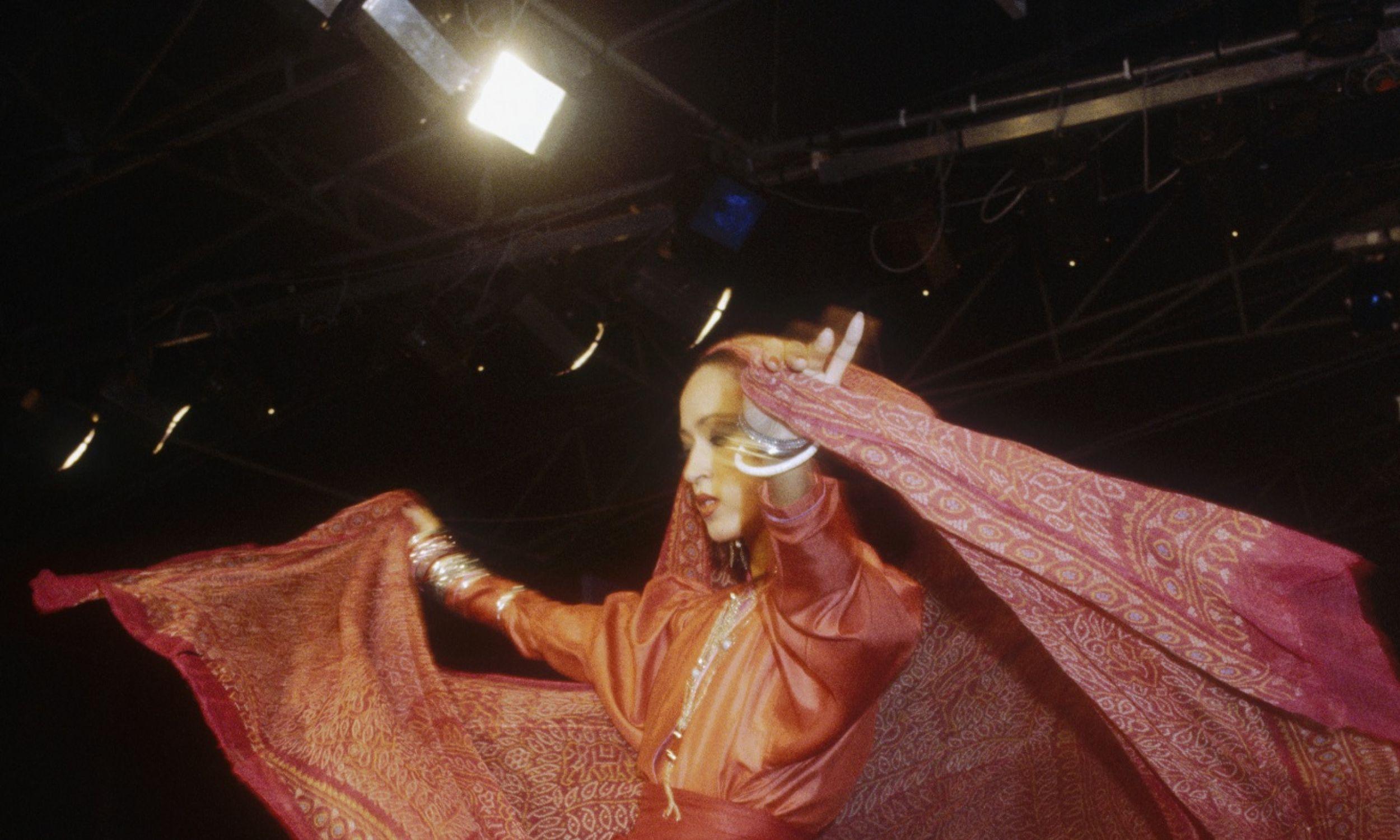 """Europę podbił """"samurajskimi"""" kimonami z jedwabiu. Pokaz na sezon wiosna-lato 1983. Fot. Pierre Vauthey/Sygma/Sygma via Getty Images"""