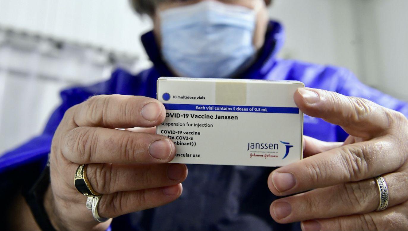 Szczepionka Johnson&Johnson jest jednodawkowa (fot. PAP/EPA/Sz.Koszticsak)