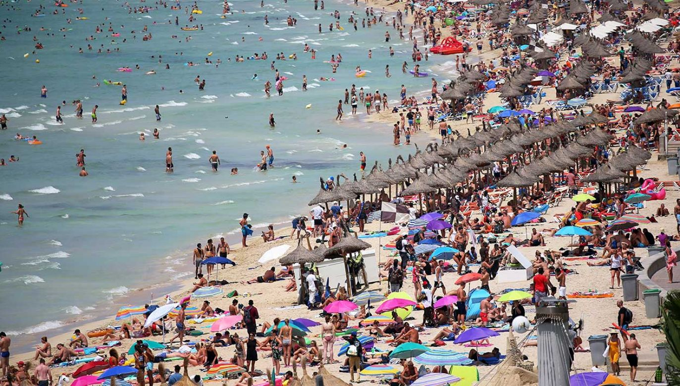 Turyści opalają się na plaży El Arenal na Majorce (fot. REUTERS/Enrique Calvo)