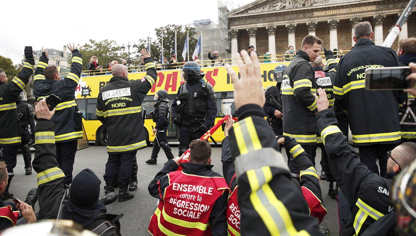 Pracownicy straży pożarnej domagali się poprawy warunków pracy (fot. PAP/EPA/YOAN VALAT)