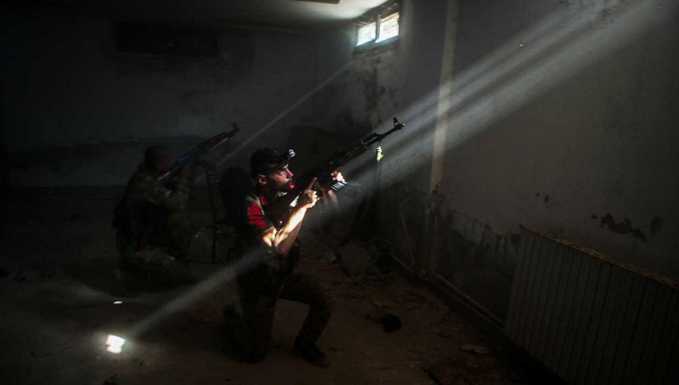 9 października Turcja i sprzymierzeni z jej siłami syryjscy bojownicy rozpoczęli w północno-wschodniej Syrii zbrojną ofensywę o kryptonimie Źródło Pokoju (fot. Omer Alven/Anadolu Agency/Getty Images)