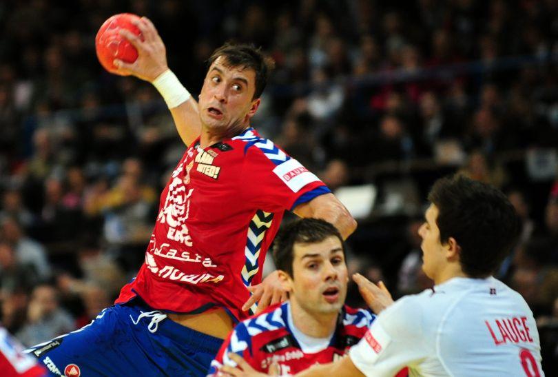 Momir Ilić szuka okazji do zdobycia bramki (fot. PAP/EPA)