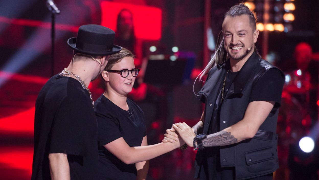 Chłopaki byli wyraźnie zadowoleni, że ten wokalny diament trafił do ich drużyny (fot. TVP)