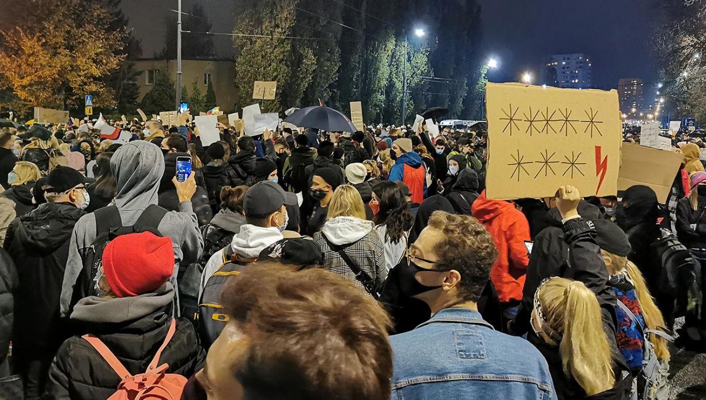 Policja apeluje o zasłanianie ust i nosa oraz rozejście się z powodu epidemii (fot. portal tvp.info)