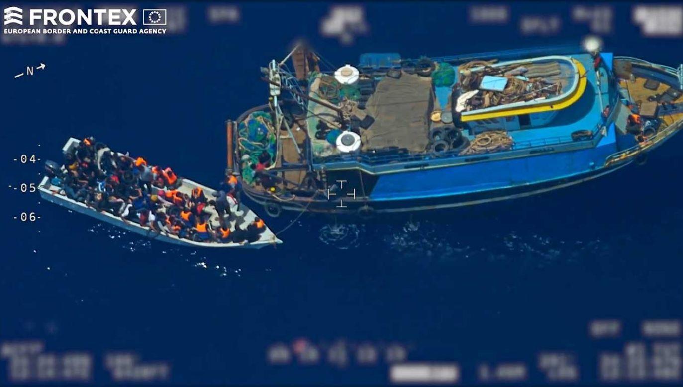 Na materiale Europejskiej Agencji Straży Granicznej widać, jak imigranci przesiadają się z trawlera rybackiego do drewnianej łodzi, by następnie wyruszyć w kierunku włoskiej wyspy Lampedusa (fot. PAP/EPA/FRONTEX, THE EUROPEAN BORDER AND COAST GUARD AGENCY HANDOUT)