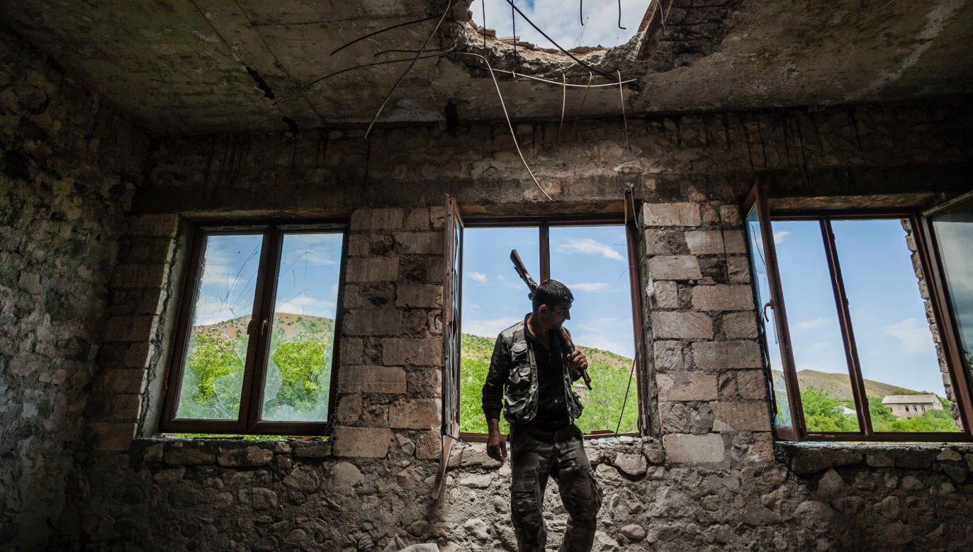 Obie strony konfliktu uzgodniły zawieszenie broni jednak nie przerwało to walk (fot. Celestino Arce/NurPhoto via Getty Images)