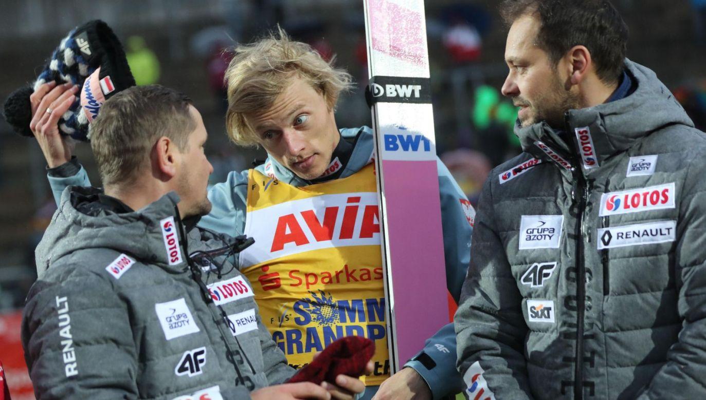 Grzegorz Sobczyk (l), Dawid Kubacki i Michal Doleżal (p) po Letnim GP w Klingenthal (fot. PAP/Grzegorz Momot)
