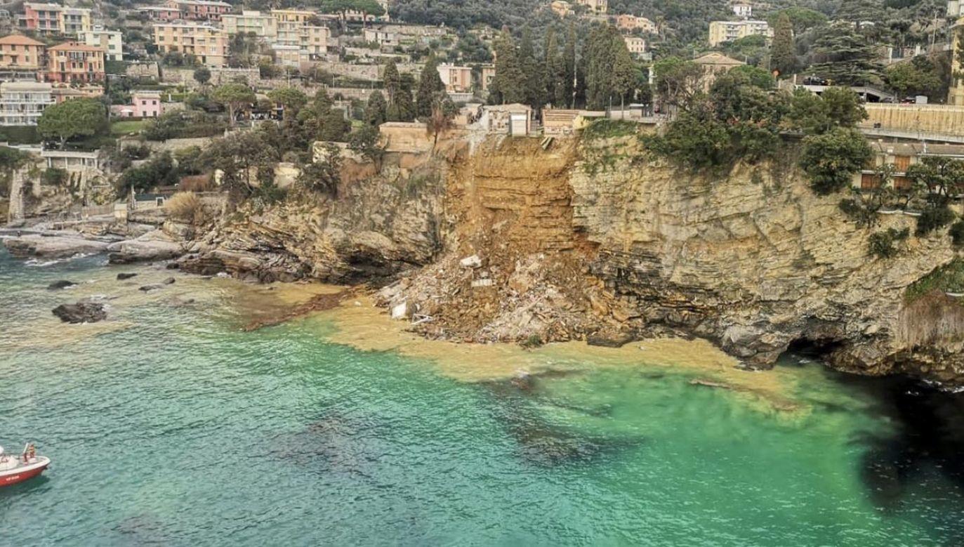 Blisko 200 trumien spadło do morza w północno-zachodnich Włoszech (fot. Twitter/Vigili del Fuoco)