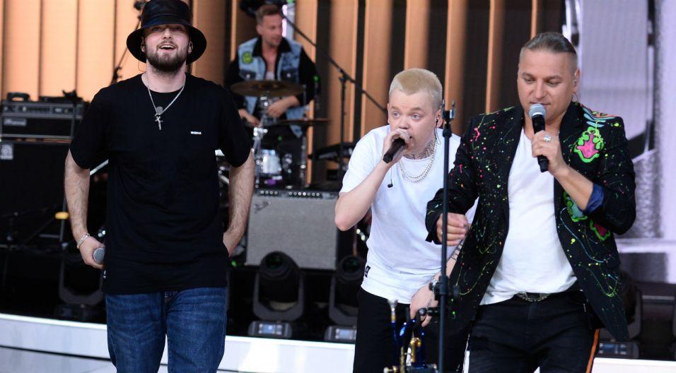 """Bracia wykonali również swój najnowszy hit """"Górą Ty"""", który stworzyli wraz z Bedoesem i Gromee'em (fot. TVP/Jan Bogacz)"""