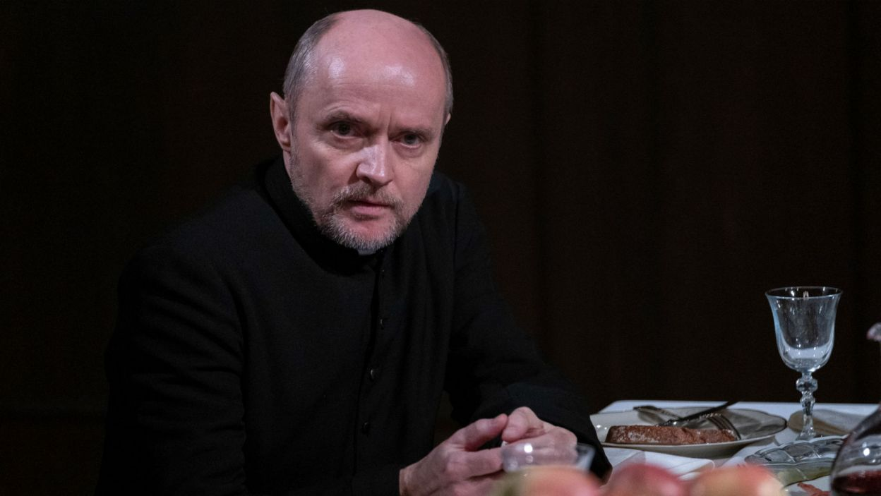 U stołu zasiadł również Ksiądz Hawryłko; w tej roli Piotr Bajor (fot. Mateusz Zelnik)