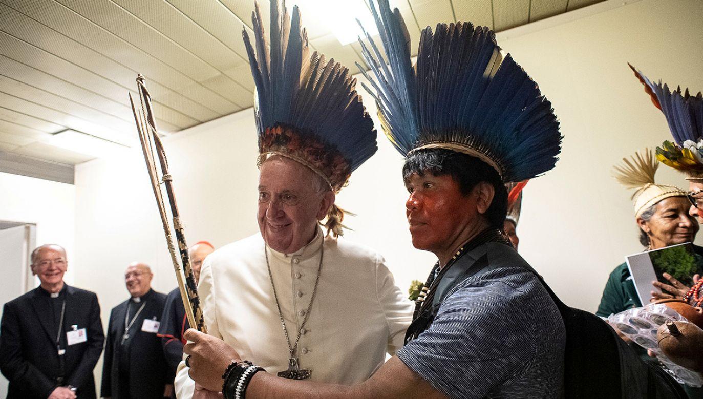 Franciszek spotkał się z Indianami amazońskimi (fot. REUTERS/Vatican Media)