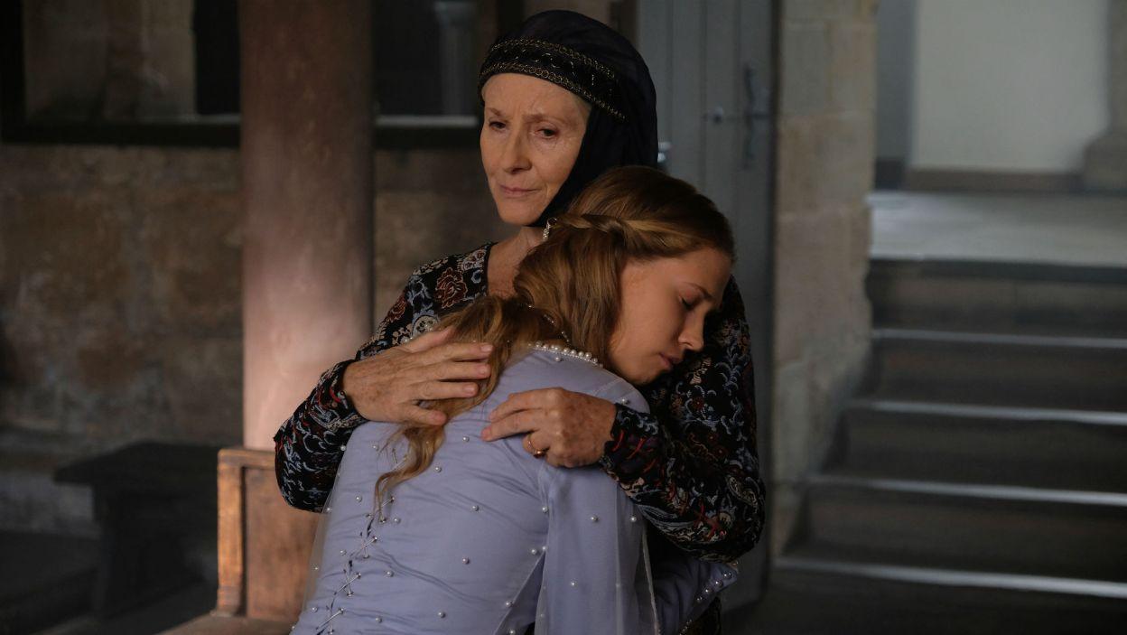 Katarzynie udaje się w końcu uspokoić królewnę (fot. TVP)